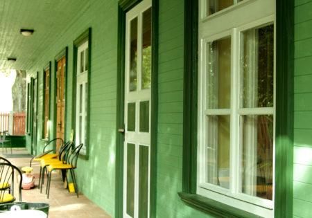 mājas fasāde krāsota ar koka krāsām