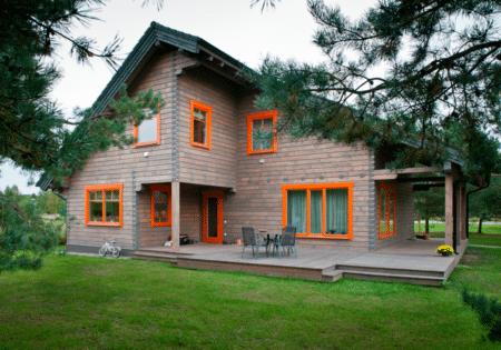 Māja krāsota ar PAINT ECO lineļļas beici kokam